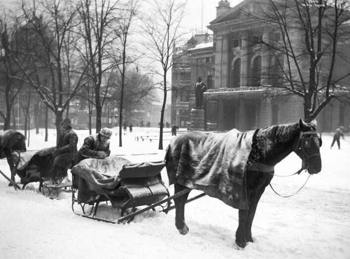Hestedrosjer utenfor Nationaltheatret, 1904. Foto: Anders B. Wilse / Oslo Museum
