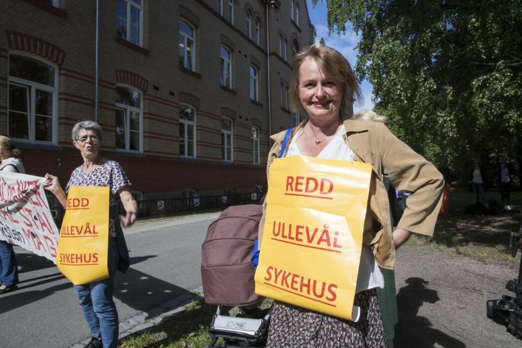 Lene Haug og folkeaksjonen Redd Ullevål sykehus demonstrerte utenfor under det ekstraordinære styremøtet. Foto: Terje Pedersen / NTB scanpix