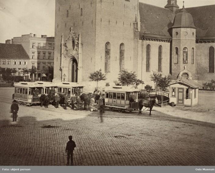 Da trikkene ble trukket av hester i 1876. Ukjent fotograf / Oslo Museum