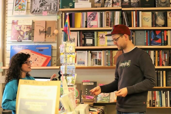 Angelique Heggheim i samtale med stamkunde Nils Petter Mørland. Foto: André Kjernsli