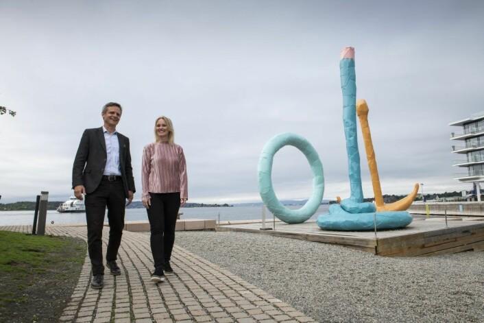 Christian Lunde i VisitOSLO og Marit Albertsen i Stiftelsen Tjuvholmen Skulpturpark. Skulpturen er Spalt ved Tjuvholmen. Foto: Katrine Lunke