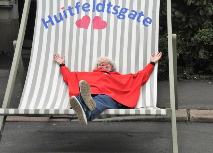 Byantikvar Janne Wilberg fant seg godt til rette blant forhager og sommerstol i Huitfeldts gate. Foto: Christian Boger
