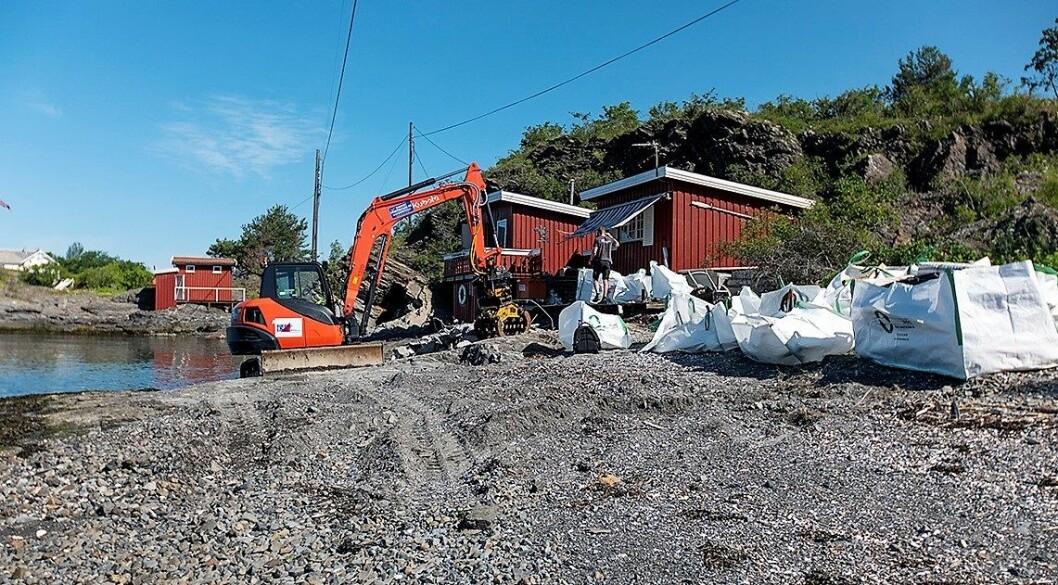 Fredag startet kommunen rivingen av denne hytta som var ulovlig oppsatt på Rambergholmen. Foto:   Thor Christofer Brøgger Langfeldt