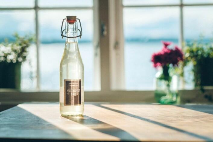 En av severdighetene ved den lille restauranten er muligheten til å nyte et forfriskende glass hylleblomstsaft. Foto: ByAksel