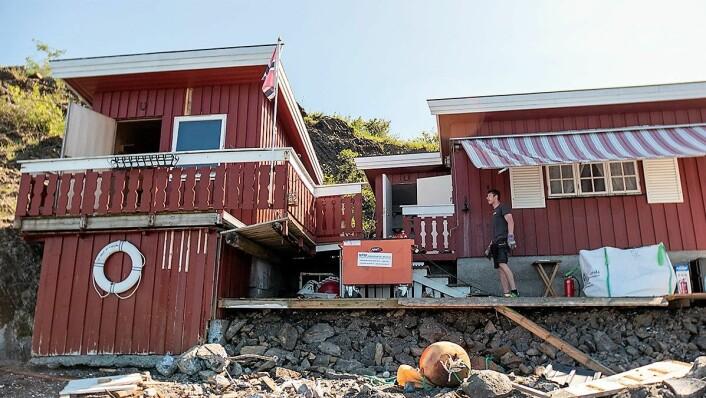 To boder er blitt til ulovlig hytte med platting og egen brygge. Nå blir alt revet og området blir tilgjengelig for alle. Foto: Thor Christofer Brøgger Langfeldt