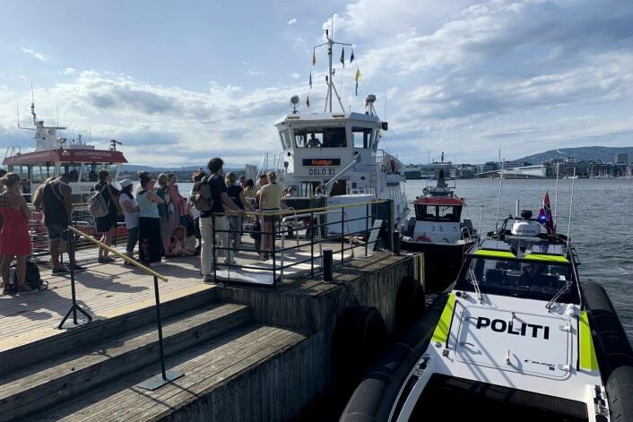Politibåt og en båt fra Oslo brann- og redningsetat ved fergen som kjørte i en brygge på Hovedøya i Oslo lørdag ettermiddag. Foto: Lars Eide / NTB scanpix