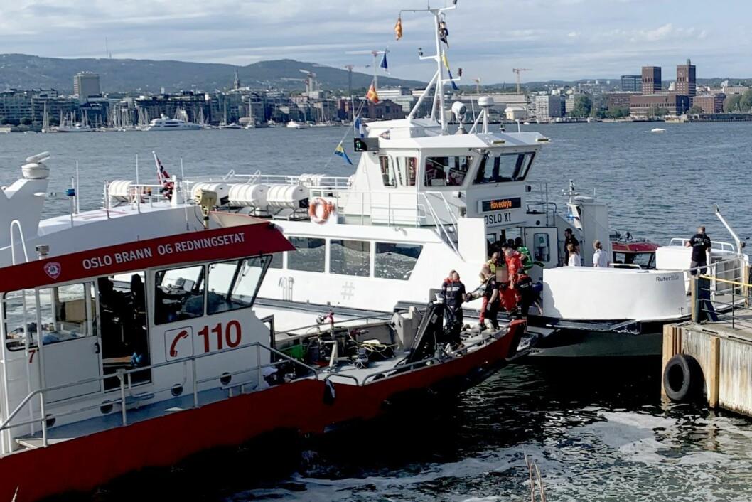 En person på båre blir tatt ombord i en båt fra Oslo brann- og redningsetat, etter at fergen Oslo XI kolliderte med brygga på Hovedøya lørdag ettermiddag. Foto: Lars Eide / NTB scanpix