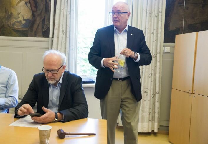 Administrerende OUS-direktør Bjørn Erikstein (til høyre) før styret konkluderte med at de ikke hadde mistillit til toppsjefen. Erikstein valgte likevel å gå av. Sittende er styreleder Gunnar Bowim. Foto: Terje Pedersen / NTB scanpix