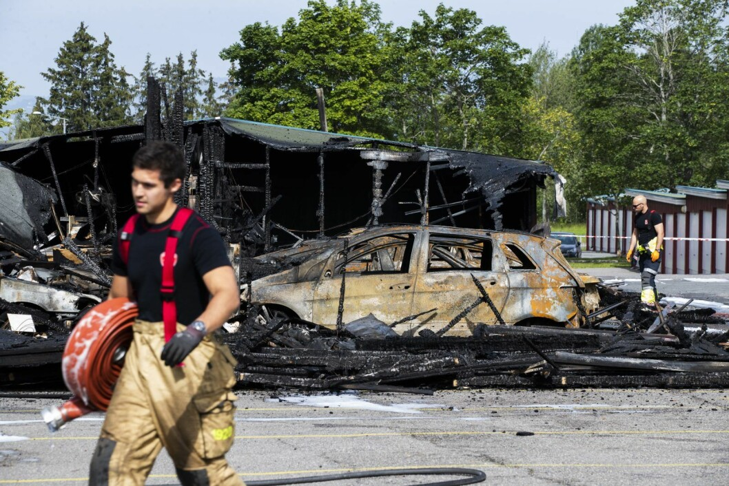 Skader for enorme summer gikk opp i røyk og flammer da både biler og garasjeanlegg i Haugerudveien brant søndag morgen. Foto: Berit Roald / NTB scanpix