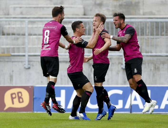 Vålerenga-spillerne Magnus Lekven (t.v), Herolind Shala, målscorer Bård Finne og Aron Dønnum jubler etter 1-0 mot Haugesund. Foto: Jan Kåre Ness / NTB scanpix