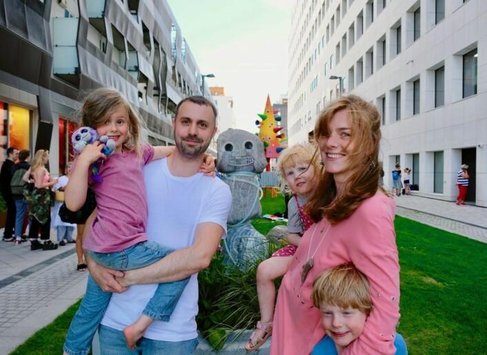 To av kunstnerne bak skulpturparken smiler til kamera sammen med sine egne barn. Fredrik Berberg med datter Esther Holme-Breberg (4), og Jennie Hagevik Bringaker med datteren Bie Hagevik Bringaker (3) og sønnen Victor Hagevik Bringaker (5). Foto: Emilie Pascale