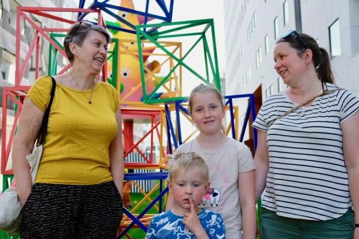 Familien var fornøyd med den nye skulpturparken. Fra venstre: bestemor Elisabeth Mellbye, barnebarna Astrid Elisabeth (9) og Ole Wilhelm Mellbye (4) sammen med mor Kristin Mellbye.