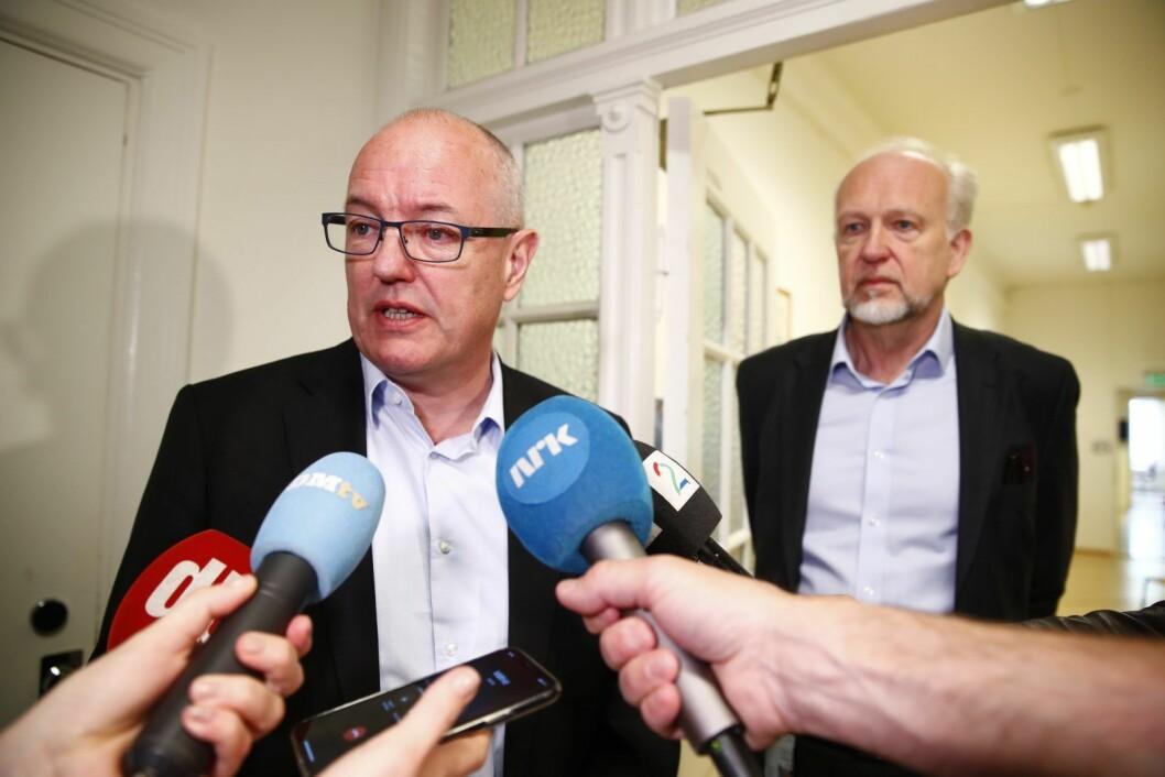 Styreleder ved OUS Gunnar Bovim møter media etter at styret hadde møte om ansattes mistillit mot direktør Bjørn Erikstein (til h). Foto: Terje Pedersen / NTB scanpix