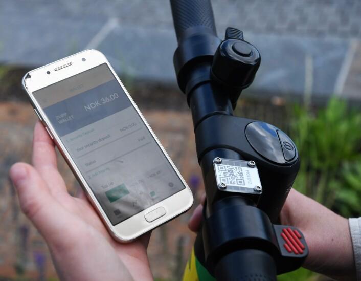 Mobilen er både nøkkel og taksameter. Turen fra Tøyensenteret til Sørenga kom på 36 kroner. Foto: Christian Boger