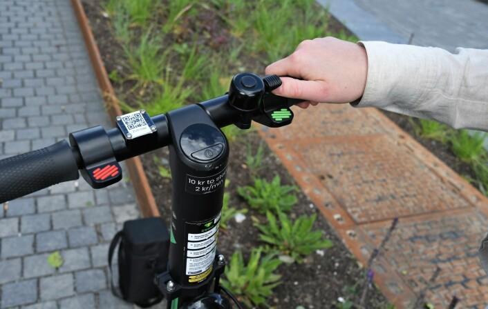 Elsparkesyklene er enkle å betjene. Og det er forbausende enkelt å holde balansen. Foto: Christian Boger