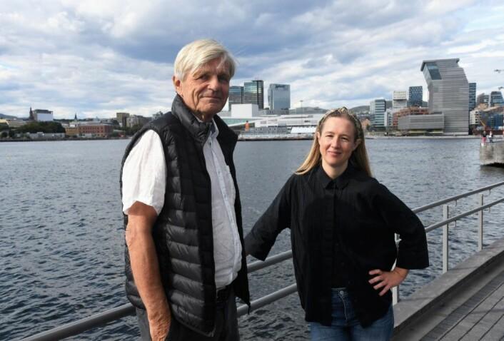 Sverre Jervell og Ragna Marie Fjeld i Sukkerbitens Venner har ikke gitt opp om håpet om et friluftseldorado på Sukkerbiten (i bakgrunnen) helt ennå. Foto: Christian Boger