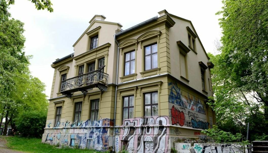I den gamle presteboligen i Stensparken, som har stått og forfalt i flere år, har det lenge vært planer om et ungdomshus.