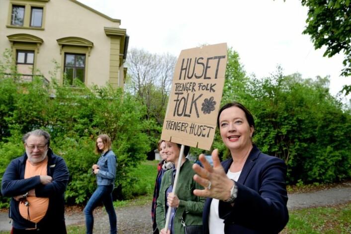 BU-leder Anne Christine Kroepelien (H) aksjonerer sammen med beboere på St. Hanshaugen i 2017. De er lei av at presteboligen i Stensparken forfaller samtidig som bydelen mangler et ungdomshus. Foto: Trond Løkke