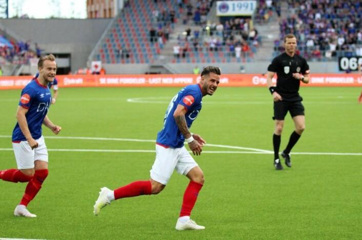 Aron Dønnum jubler etter sin første scoring - det skulle bli mer. Foto: André Kjernsli