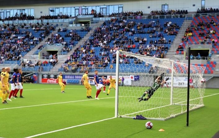 Måltjuven Bård Finne setter ballen sikkert i mål, og VIF leder 3-0. Foto: André Kjernsli