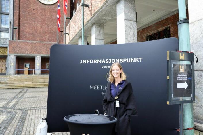 Allerede på utsiden møtes de besøkende av hjelpsomme guider. Foto: André Kjernsli