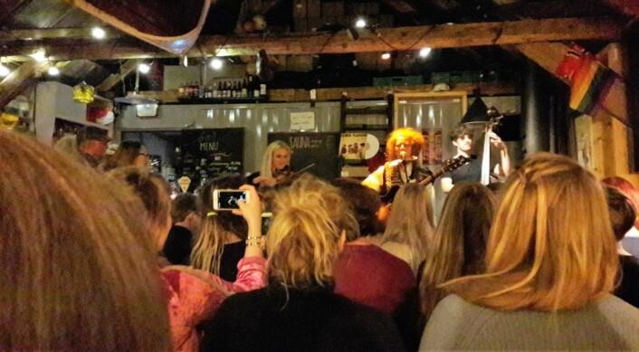 Oktober 2018. Det er helt fullt på Naustet på SALT i Bjørvika. Folk står i døråpningen og ut på gata. Det er varmt, og Planman har kastet jakka. Sofie Mortvedt spiller hardingfele, og Audun Reithaug er på bass. Artister og publikum fyrer hverandre opp. Det blir en konsert å minnes. Foto: Anders Høilund