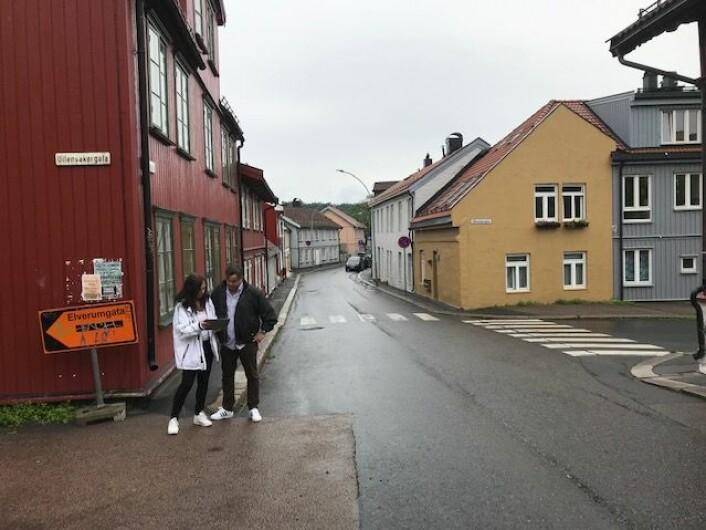 Kjell Johansen (Frp) og Heidi Huitfeldt i Normannsgata hvor det foreslås toveis sykkelfelt. Foto: Privat