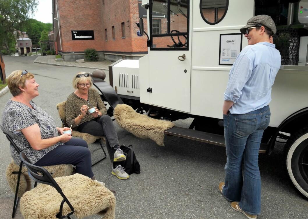 Eldbjørg og Ann Kari fra Manglerud tok en stopp og en prat med Anneli Sande ved Myraløkka og Gram-bilen. Foto: Anders Høilund