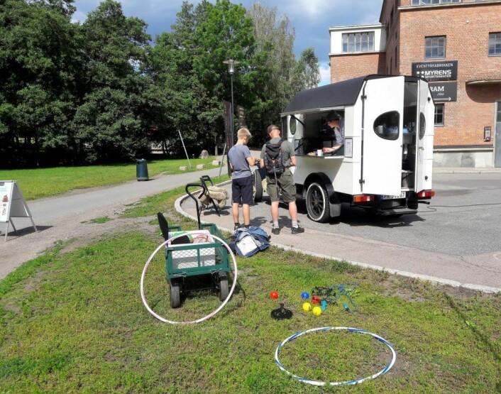 Hver dag i skoleferien står Gram-bilen ved Myraløkka. Anneli Sande serverer og er lett å snakke med. Foto: Anders Høilund