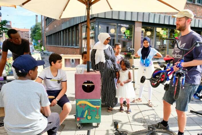 En familie på fem ønsker å male om den lille sykkelen deres i en ny farge. Foto: Emilie Pascale