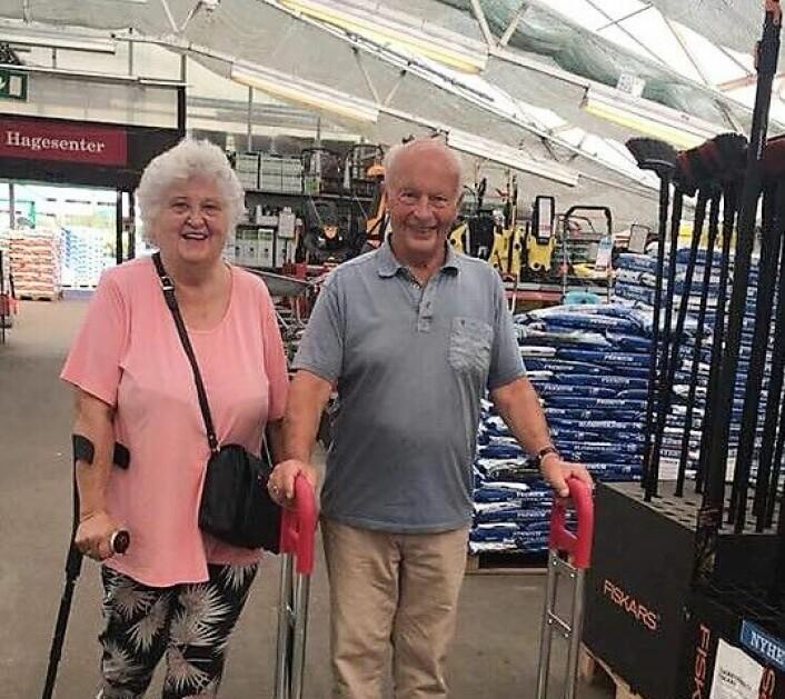 Anne-Lise Steen Aaserud har litt vansker med å gå langt og bruker krykker. Her sammen med ektemannen Paul Fredrik Aaserud. Foto: Privat