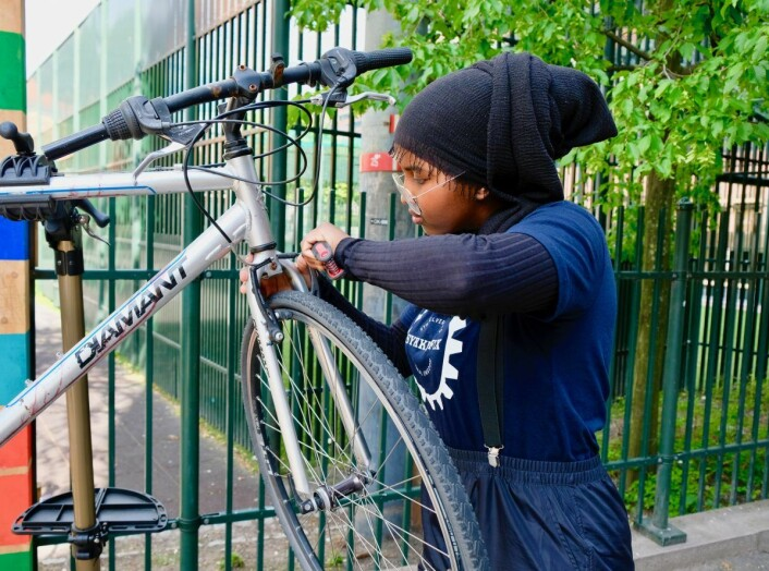 Najma Yahye Omar gjør det hun liker best, nemlig å bytte sykkelslange. Foto: Emilie Pascale