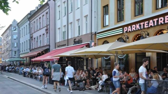 En av årsakene til at Grünerløkka er populært er det yrende folkelivet. Det skal godt gjøres å finne et ledig bord ved utestedene på Olaf Ryes plass når sommervarmen treffer Løkka. Foto: Arnsten Linstad