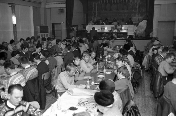 Bingo i 1969 var annerledes enn i dag. Folk i alle aldre sitter med brett og grønne plast-brikker som man dekker de tallene med som blir ropt opp. Kaffe og røyk hører med.<br />Foto: NTB / Scanpix