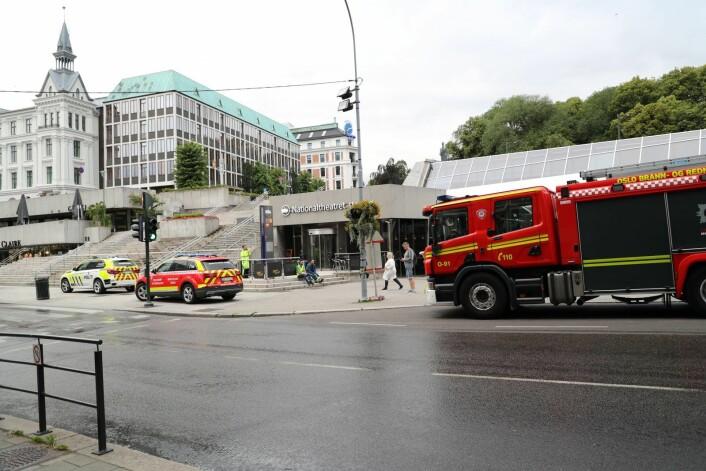 Togstasjonen ved Nationaltheateret er stengt mandag morgen på grunn av røykutvikling, men T-banen går som normalt. Foto: Geir Olsen / NTB scanpix
