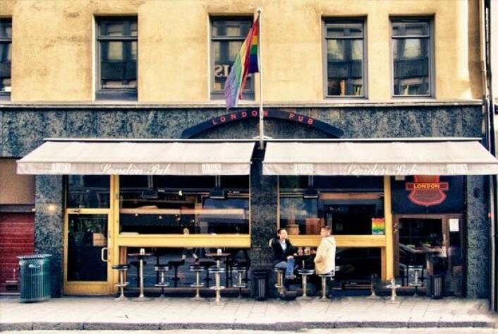 London Pub er byens eldste skeive utested, noe de flagger stolt for i all slags vær. Foto: Emilie Pascale