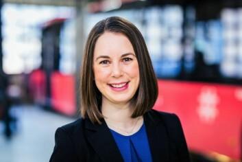 Ina Helen Østby fra Oslo Sporveier forklarer at trikkenes åpne arealer er til for større bevegelighet og tilgjengelighet. Foto: Unibuss