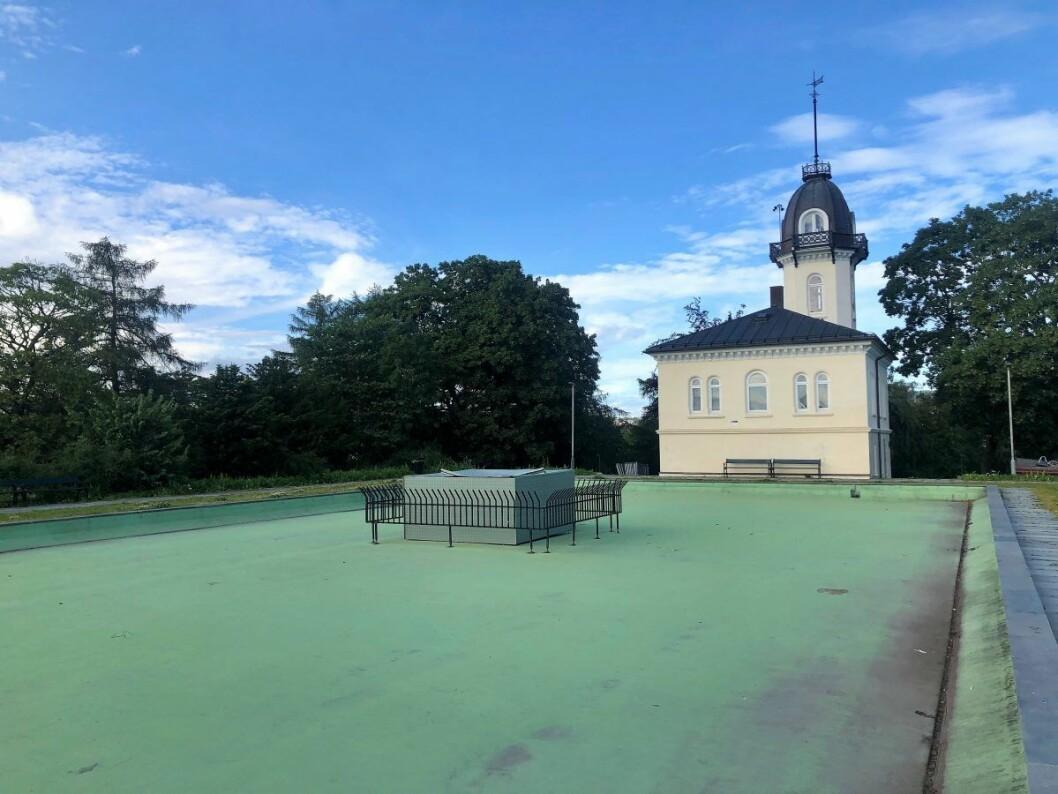 Bassenget ved Tårnhuset på St. Hanshaugen er tørrlagt på grunn av uvettig bruk av en engangsgrill. Foto: Christine Thune