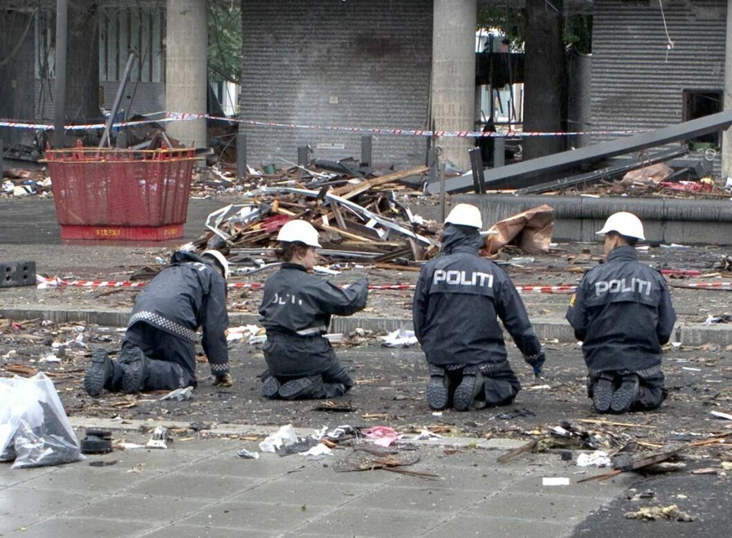 Politiet gjennomsøker hver kvadratcentimeter dagen etter terrorangrepet på regjeringskvartalet 22. juli, 2011. Foto: KRIPOS / Scanpix