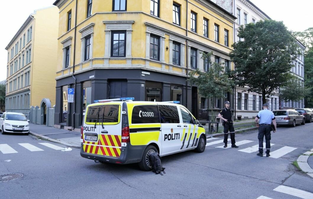 En person ble funnet med skader i buken i Motzfeldts gate på Tøyen, etter at han hadde forsøkt å klatre over gjerdet til Botanisk hage mandag morgen. Foto: Fredrik Hagen / NTB scanpix