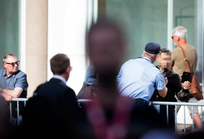 En mann ble bortvist etter å ha forstyrret Enra Solbergs minnetale for 22.juli-ofrene utenfor regjeringskvartalet mandag formiddag. Foto: Trond Reidar Teigen / NTB scanpix