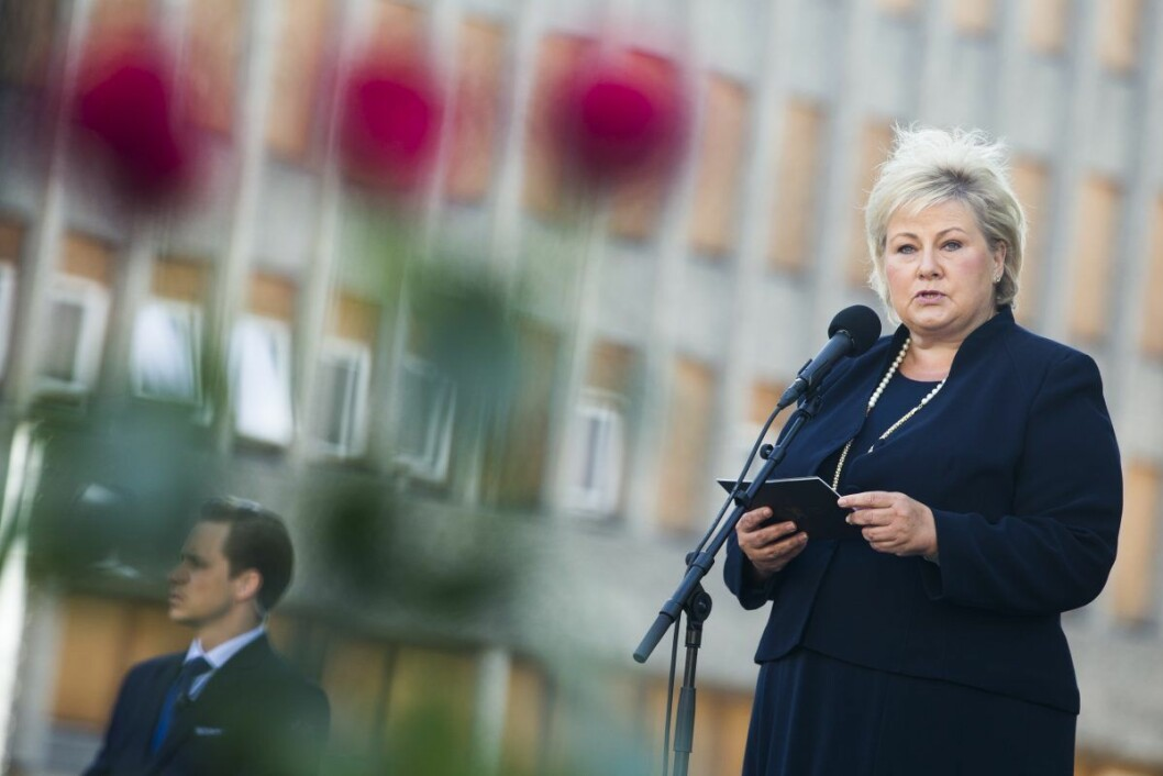 Statsminister Erna Solberg under minnemarkeringen i Regjeringskvartalet i Oslo mandag morgen, åtte år etter terrorangrepene 22. juli 2011. Foto: Trond Reidar Teigen / NTB scanpix