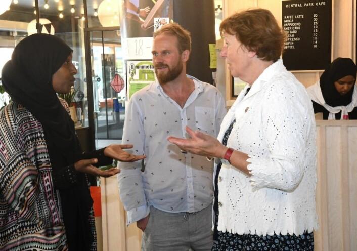 Ordfører Marianne Borgen (SV) lover å gjøre det hun kan for å skaffe Faisa Warsame og sommerskolen hennes et fast tilholdssted fra neste år. I midten førstekandidat for Gamle Oslo SV, Stian Amadeus Antonsen. Foto: Christian Boger