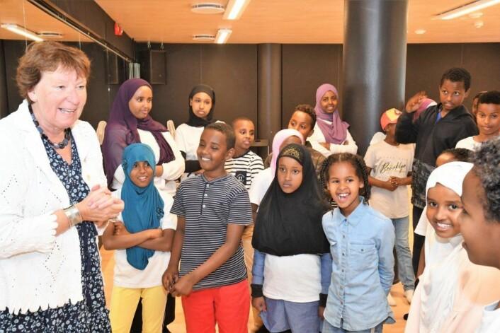 Ordfører Marianne Borgen (SV) fant virkelig tonen med ungene under sitt besøk på Tøyen mandag ettermiddag. Foto: Christian Boger