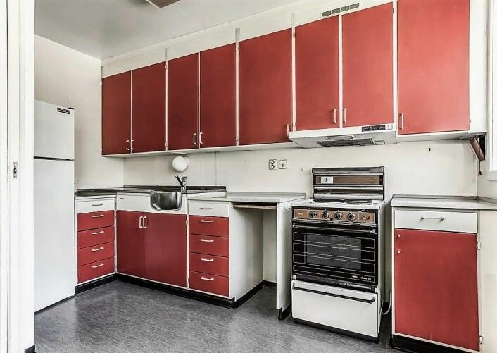 Både kjøkken og bad trenger betydelig oppussing for å nå opp til dagens standard i to-romsleiligheten. Foto: OBOS