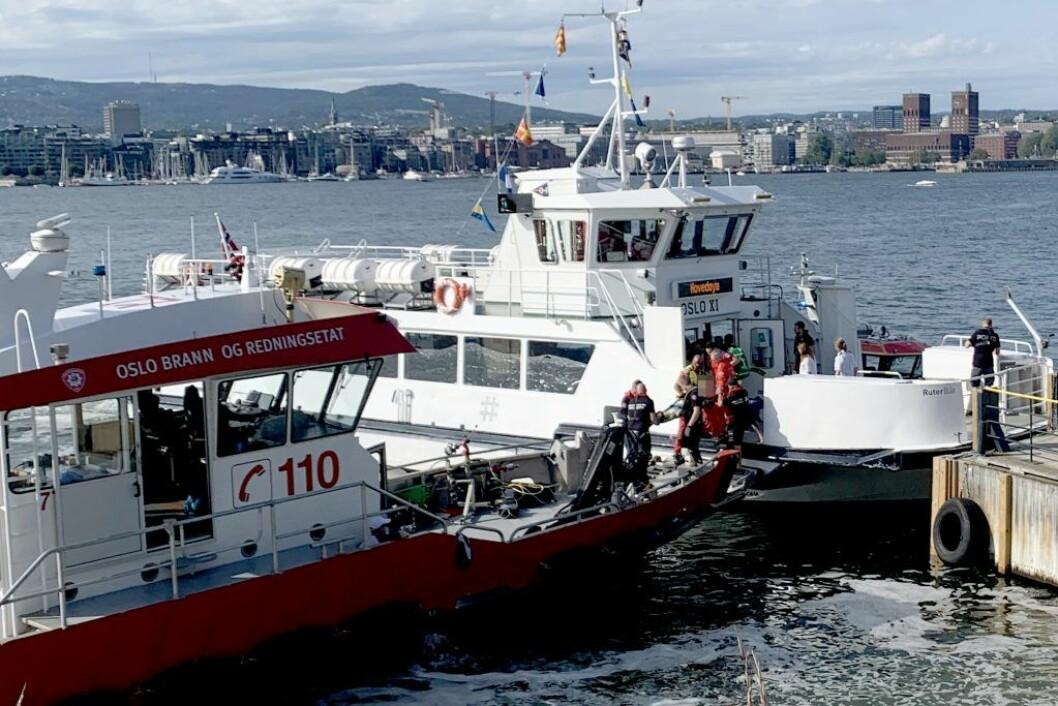 En person på båre blir tatt ombord i en båt fra Oslo brann- og redningsetat, etter at fergen Oslo XI kolliderte med brygga på Hovedøya. Foto: Lars Eide / NTB scanpix