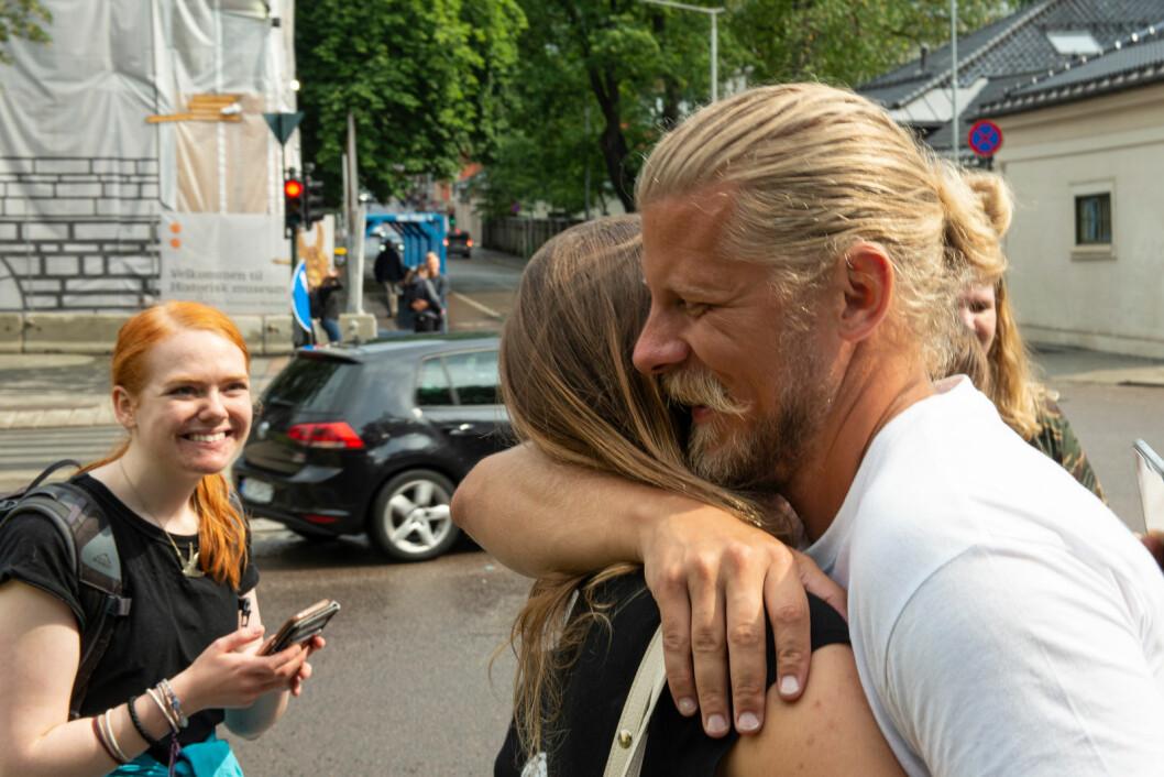 Femte dag og Samuel får klemmer og støtte fra medspillere. Foto: Lauveng Jørgensen