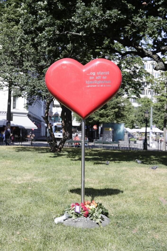 Et hjerte til minne om terrorfrene 22. juli 2011 utenfor Domkirken. Foto: Berit Roald / NTB scanpix