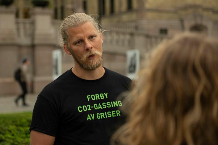 Første dag og Samuel Rostøl snakker med en støttespiller utenfor Stortinget. Foto: Morten Lauveng Jørgensen