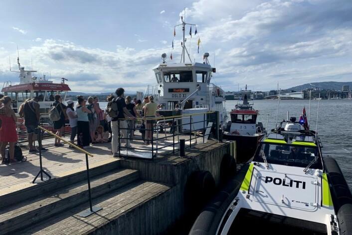 Politibåt og en båt fra Oslo brann- og redningsetat ved fergen som kjørte i en brygge på Hovedøya i Oslo lørdag 29. juni. Foto: Lars Eide / NTB scanpix